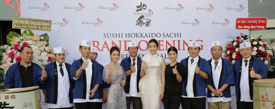 <span>Hoang Yen Chibi, Ms Viet Nam Do My Linh and Sam enjoying Kagami Biraki - a Japanese traditional ceremony</span>